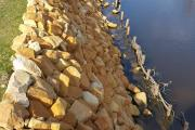 Zdjęcie do ogłoszenia: Kamień na umocnienie brzegów skarp zbiorników retencyjnych stawu jeziora rzeki